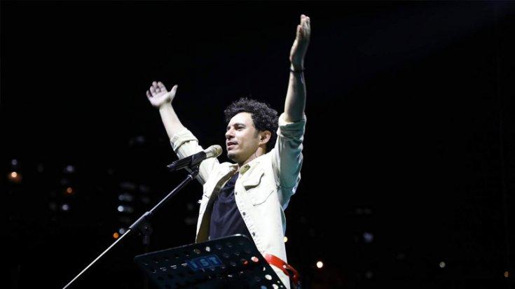 Şarkıcı Buray'ın sahnedeki sazı çalındı