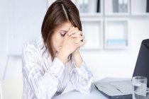 Başın tepe, arka kısmındaki şiddetli ağrılar ihmale gelmez