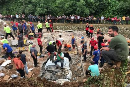6 yurttaşın hayatını kaybettiği Rize'deki sel felaketinde kayıp 2 kişiyi arama çalışmaları sürüyor