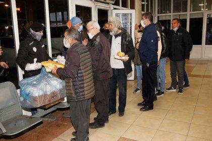 Adana Büyükşehir Belediyesi'nden otogarda kalan evsizlere yemek desteği