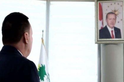 AKP'li başkandan Erdoğan'ın portresi önünde saygı duruşu