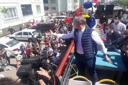 AKP'li belediye, sokağa çıkma yasağına rağmen çocukları sokağa döküp otobüsün peşinden koşturdu