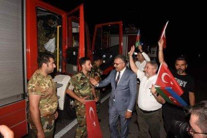 AKP'li yöneticiler, yangına müdahaleye giden aracı durdurup sohbet ettiler