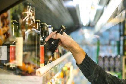 İçki satışı yapan esnaf, yasaklar gerekçe gösterilerek gözaltına alındı