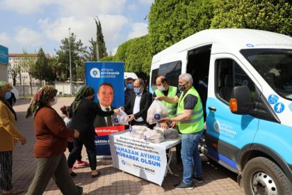 Antalya Büyükşehir Belediyesi üreticinin elinde kalan elmaları satın alarak vatandaşlara dağıttı