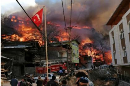 Artvin'de köyde yangın: 50'ye yakın ev yandı