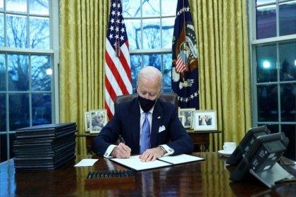 Biden, mesaideki ilk gününde Trump'ın politikalarını geri çeviren 15 kararname imzaladı