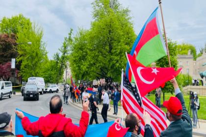 Biden'ın 'soykırım' tanımlamasının ardından Washington'da Türkler ve Ermeniler gösteri yaptı