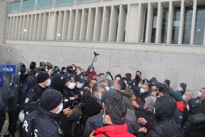 Birleşik Kamu İş'in 'sefalet zamları' protestosuna polis müdahalesi