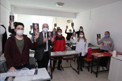 Burhaniye Belediye Başkanı Deveciler'den gençlere Nutuk kitabı dağıttı