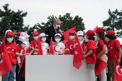Erdoğan 23 Nisan programında; çocuklarla Çamlıca Tepesi'nde Türkiye'nin en uzun bayrak direğinin bayrak çekme törenine katıldı ve akşam birlikte iftar açtı