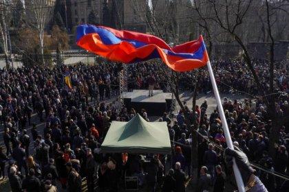 Ermenistan Cumhurbaşkanı Sarkisyan, Paşinyan'a istifa çağrısı yapan Genelkurmay Başkanı'nı görevden almayı reddetti