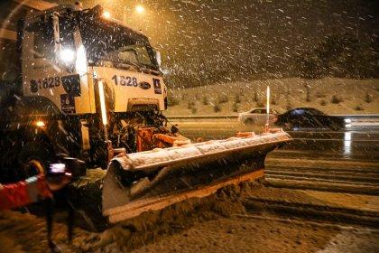 İBB, sabah bastıran karda yolları açık tutmak için yoğun çalıştı
