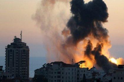 İsrail'in saldırısı sonucu Gazze'de basın kuruluşlarının ofisleri olan bir bina yıkıldı