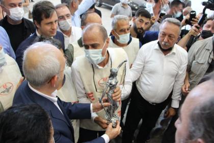 İzmir EYT Derneği'nden Kılıçdaroğlu'na 'adalet heykeli'