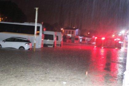 İzmir'de sel felaketi: Dereler taştı, iş yeri ve evleri su bastı