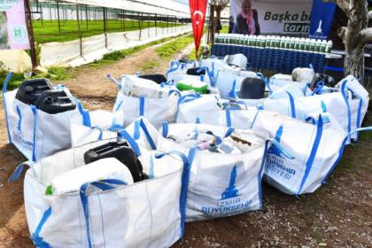 İzmir'de zirai ambalaj atıklarını toplayan üreticiye gübre desteği