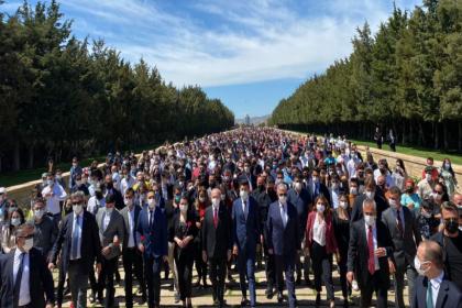 Kılıçdaroğlu, gençlerle beraber Anıtkabir'i ziyaret etti