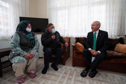 Kılıçdaroğlu, Veysel amcayı İstanbul'da evinde ziyaret etti