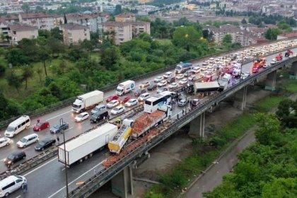 Kocaeli TEM Otoyolu'nda zincirleme trafik kazası İstanbul yönünü kapattı