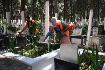Kuşadası Belediyesi ekipleri, bayram öncesinde ilçedeki tüm mezarlara karanfil bıraktı