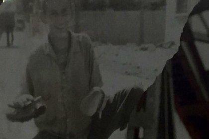 Oyuncu Menderes Samancılar'ın ayakkabı boyacılığı yaparken çekilen fotoğraf ortaya çıktı