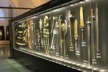'Padişahlara ait eserler Çamlıca Cami Müzesi'ne nakledilmek üzere havaalanı hangarlarına gönderiliyor'