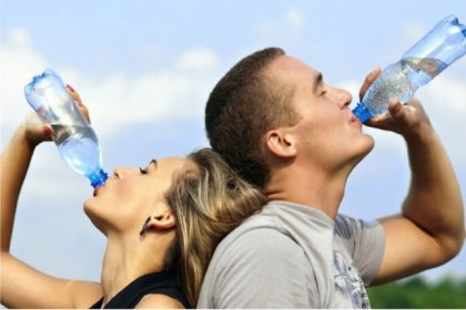Sıcaklarda bol su tüketin açık renkli giyinin