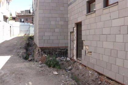 Sur'da yeni konutların teslimi sırasında hak sahiplerinden tepki: 'Tapu verilmedi, altyapıları tamamlanmamış, bize inşaat teslim ediyorlar'