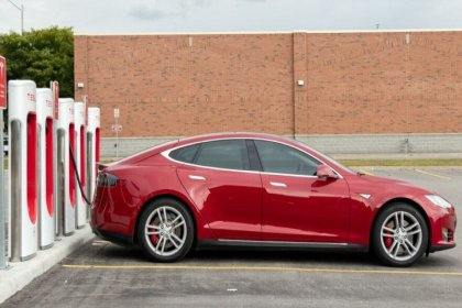 Sürücüsüz Tesla aracı kaza yaptı: 2 kişi hayatını kaybetti