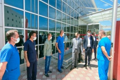 Tepki çeken fotoğraf: Sağlıkçılar AKP'li başkanın önünde hazır kıta böyle bekledi